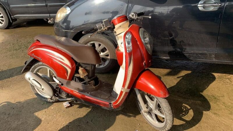 Barang Bukti Berupa Honda Secoopy Warna Merah Turut Diamankan Polisi bersama Pelaku NP. (FOTO : Polres Tanjabbar).