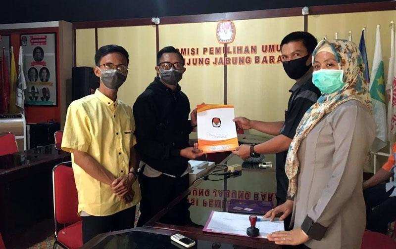 FOTO : M. Taufiq, Divisi Teknis dan Penyelenggara Ketua KPU Tanjung Jabung Barat Menerima Perbaikan dan Pelengkapan Berkas Bapaslon, Rabu (16/09/20)