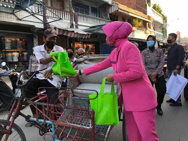 FOTO : Ketua Bhayangkari Cabang Tanjabbar Ny. Indri Guntur Membagikan Takjik Kepada Masyarakat