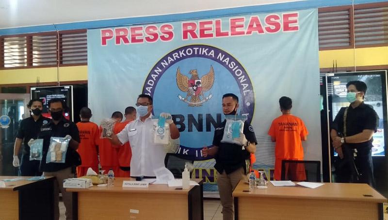FOTO : Kepala BNN Provinsi Jambi, Brigjen Pol Dwi Irianto saat menggelar Press rilis di Kantor BNN Provinsi Jambi, Selasa (11/08/20).