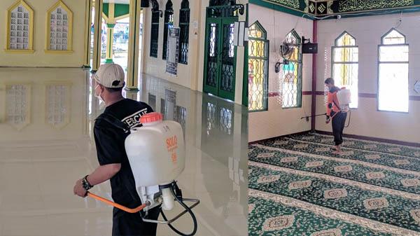 FOTO : Jelang Nuzul Quran Petugas BPBD Melaksanakan Penyemprotan Disinfektan di Masjid Raya Kuala Tungkal, Rabu 28 April 2021