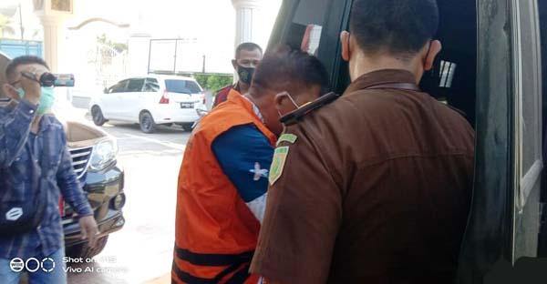 Budi keluar dari ruangan Tindak Pidana Umum (Pidum) Kejari Tanjab Barat dan dibawah ke Mapolres Tanjung Jabung Barat untuk untuk dititip sebagai tahanan kejaksaan, Rabu (15/9//21). FOTO : HB