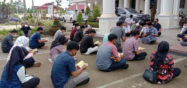 FOTO : Bupati Tanjab Barat Memimpin Pembacaan Yasin dengan siswa SMAN 1 Tanjab Barat di Halaman Kantor Bupati, Rabu (14/04/21).