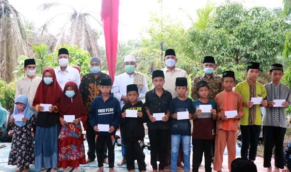 Bupati Tanjab Barat H. Anwar Sadat bersama Wabup Hairan berikan santunan kepada anak yatim di Desa Suban, Kecamatan Batang Asam. FOTO : Prokopim.
