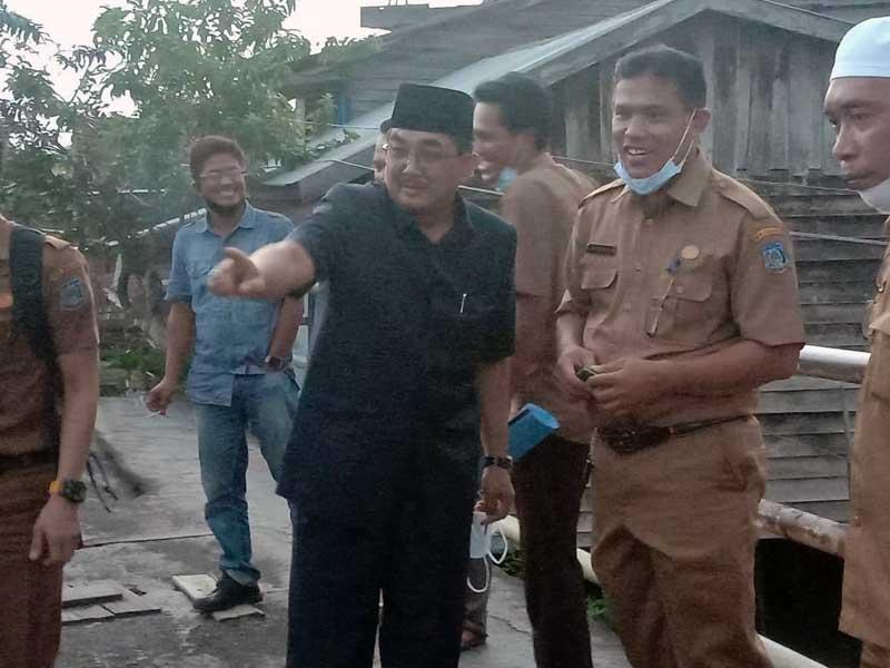 FOTO : Bupati Tanjung Jabung Barat H. Anwar Sadat Saat Melakukan Peninjauan Sejumlah ruas jalan yang rusak di dalam kota Kuala Tungkal, Senin (22/03/21).