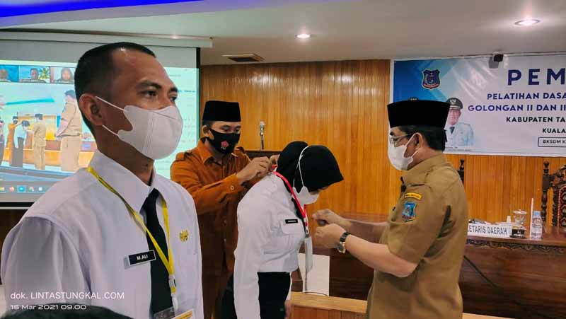 FOTO : Bupati KH. Anwar Sadat Menyematkan Tanda Peserta Pembukaan Latsar CPNS kepada perwakilan peserta ditunjuk.