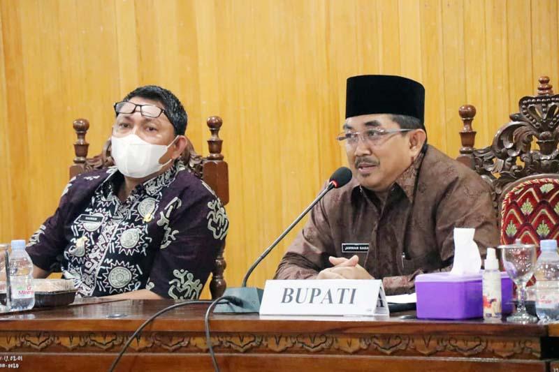 FOTO : Bupati Tanjab Barat H. Anwar Sadat didampingi Wakil Bupati Hairan Memimpin Rapat dengan seluruh OPD, para Kabag dan Camat di Pola Utama Kantor Bupati, Kamis (04/03/21).