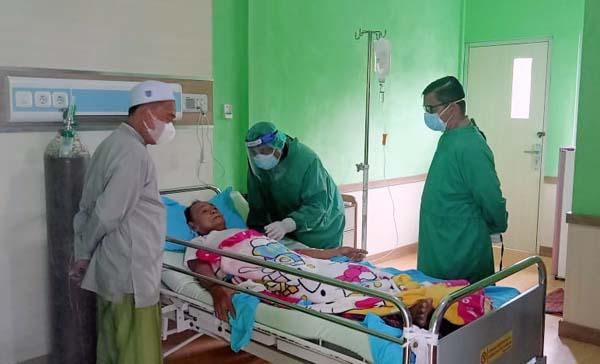 Bupati H. Anwar Sadat Saat Membesuk KH. M. Said Ismail yang sedang dirawat di RSUD KH Daud Arif Kuala Tungkal, Senin (03/08/21). [FOTO: AnwarSadat'sActivity]