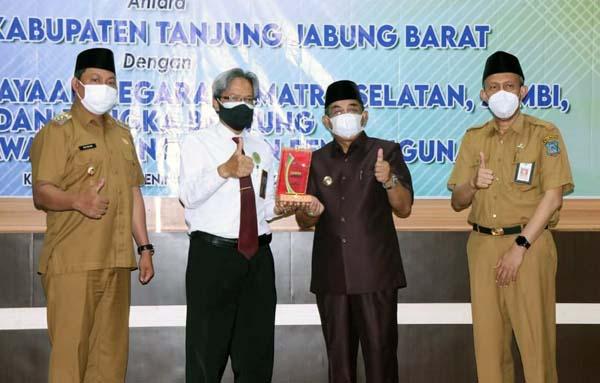 Acara Penandatanganan Kerjasama antara Pemkab Tanjabbar dengan DJKN Sumsel dan BPKP Jambi, Senin (02/08/21). FOTO : PROKOPIM
