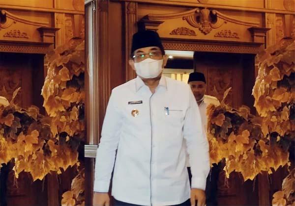 FOTO : Bupati Tanjung Jabung Barat H. Anwar Sadat Saat Menghadiri Rapat Kordinasi (Rakor) Pemberantasan Korupsi bersama KPK di Pola Kantor Gubernur Jambi, Rabu (21/4/21).