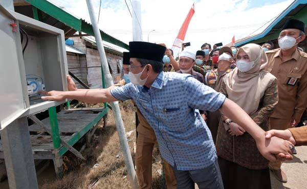 Bupati Tanjab Barat, H. Anwar Sadat Saat Menyalakan KWH Penerangan Jalan Tanda Diresmikan Penggunaan Perdana Aliran Listrik 19 Desa 3 Kecamatan di Kecamatan Seberang Kota. FOTO : Prokopim Tjb