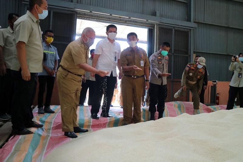 FOTO : Bupati H. Safrial Saat Meninjau di Gudang Bulog Kuala Tungkal, Selasa (20/10/20).