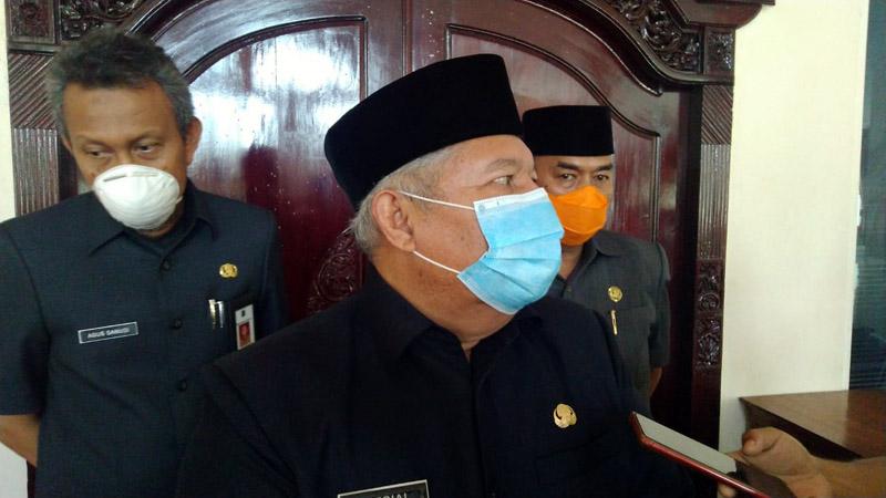 FOTO : Bupati Tanjung Jabung Barat H. Safrial saat Diwawancarai Wartawan di Gedung DPRD usai rapat bersama, Kamis (16/04/20).