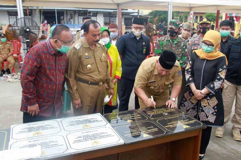 FOTO : Bupati Tanjab Barat H. Safrial didampingi Wabup H. Amir Sakib Menandatangani Prasasti Peresmian Pembangunan Sarana Fisik Periode 2016-2020, Senin (11/1/21)