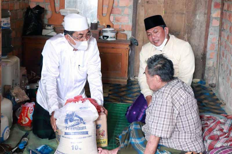 FOTO : Bupati H. Anwar Sadat dan Wakil Bupati Hairan mengunjungi dan menyambangi warga ekonomi lemah, yakni ibu Warji dan pak Sahran di Dusun Mudo, Jumat (26/03/21).