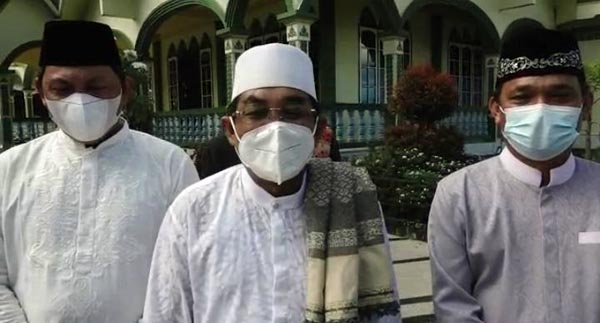 FOTO : Bupati Tanjab Barat H. Anwar Sadat Saat dan Wabup Hairan Diwawancarai Wartawan Usai Shalat Idul Fitri 1 Syawal 1442 H di Ponoes Al-Baqiatush Shalihat, Jumat (13/05/21).