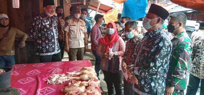 FOTO : Bupati dan wakil Bupati Tanjab Barat H. Anwar Sadat- Hairan melakukan sidak ke pasar tradisional Kuala Tungkal, Kamis (08/04/21).
