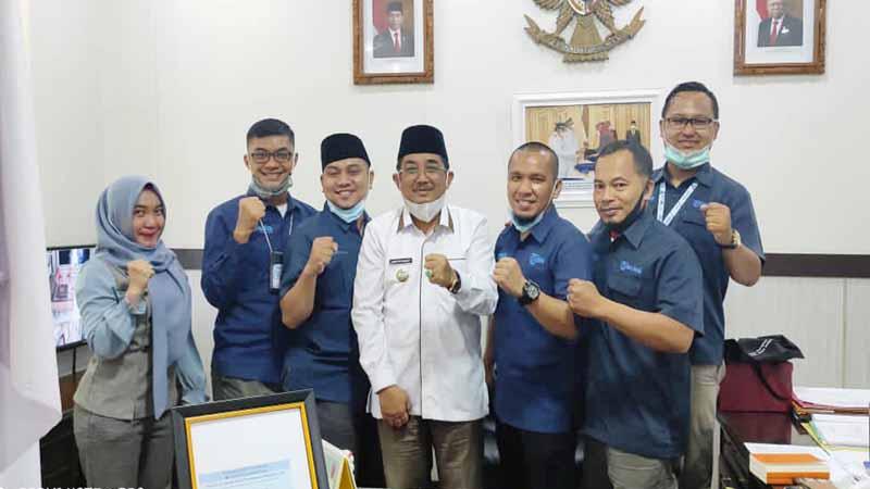 FOTO : Bupati Tanjung Jabung Barat H. Anwar Sadar Saat Menerima Kunjungan Silaturrahmi dan Audiensi Pimpinan dan Redaksi Media Harian Tribun Jambi, Senin (29/03/21).