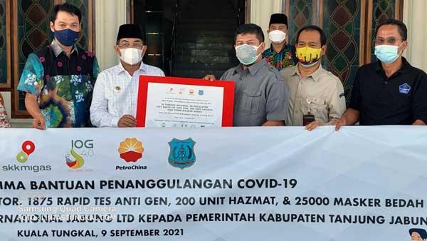 Bupati Tanjab Barat H. Anwar Sadat Saay Menrima Penyerahan Bantuan Tabung Oksigen dari SKK Migas –Ptrochina di Halaman Kantor Bupati, Kamis (09/9/21)