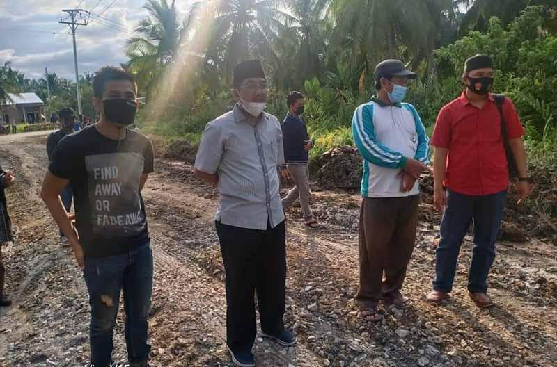 Bupati Tanjab Barat, H. Anwar Sadat tinjau  proyek perbaikan jalan parit Gantung Tungkal I, Jumat (26/03/21).