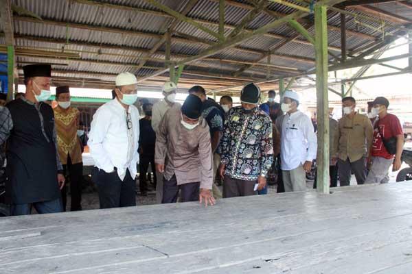 Bupati H. Anwar Sadat Saat Meninjau Pasar Teluk Ketapang di Desa Teluk Ketapang, Kecamatan Senyerang, Minggu (30/05/21). FOTO : Prokopim