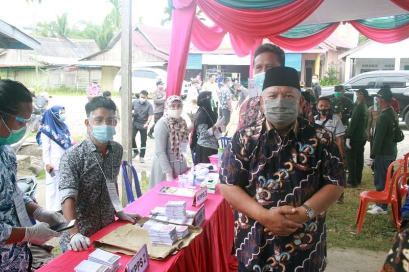 FOTO : Bupati Tanjung Jabung Barat Dr. H. Safrial beserta Forkopimda dan OPD terkait meninjau langsung pelaksanaan pemungutan Suara dibeberapa TPS baik dalam maupun luar kota Kuala Tungkal, Rabu (09/12/20).