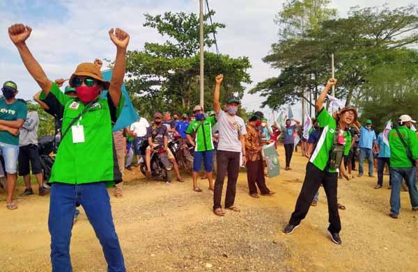 Ratusan buruh yang bekerja di PT Inti Indosawit Subur di Kabupaten Tanjung Jabung Barat Melakukan Aksi Mogok Kerja. FOTO : Istimewa.