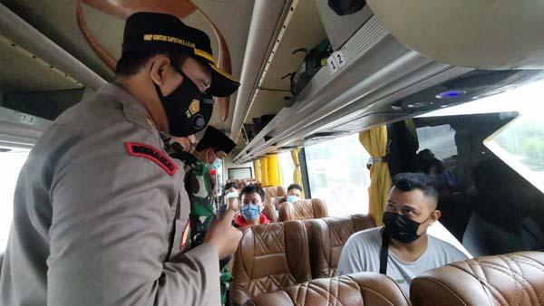 FOTO : Kapolres Tanjab Barat AKBP Guntur Saputro, SIK, MH Bersama Bupati H. Anwar Sadat, dan Dandim 0419/Tanjab Letkol Inf Erwan Susanto Saat Memberikan Arahan di Bus yang diputar balik Arah.