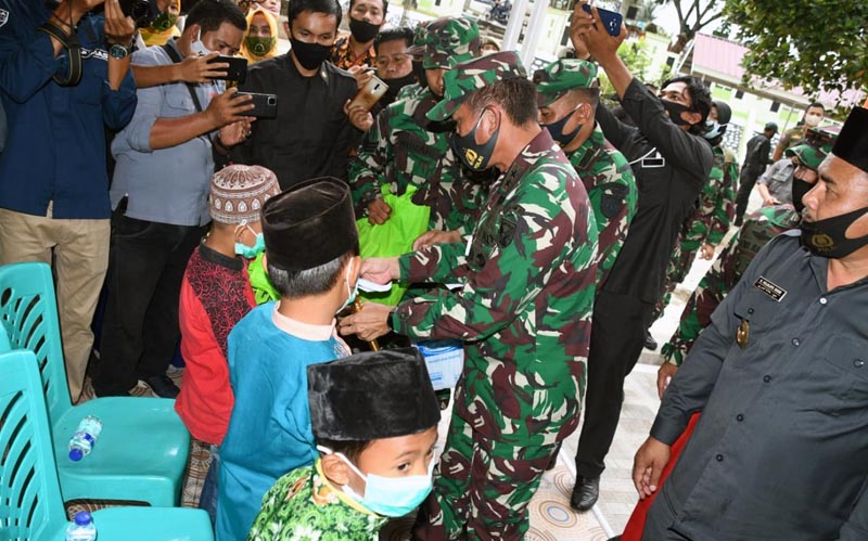FOTO : Pangdam II/Sriwijaya Bagikan Masker dan Sembako Pada Anak Yatim dan Marbot Masjid di Masjid Raya Al Falah RT 02 Kel. Pasar Sarolangun Kecamatan Sarolangun Kabupaten Sarolangun, Kamis (10/09/20).