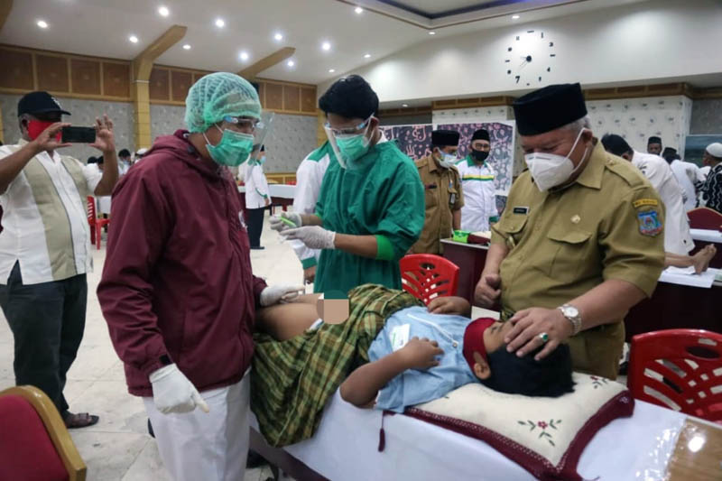 FOTO : Bupati Tanjung Jabung Barat H. Safrial Saat Hadir kegiatan khitanan masal yang diselenggarakan Baznas di Balai Pertemuan, Senin (28/09/20)