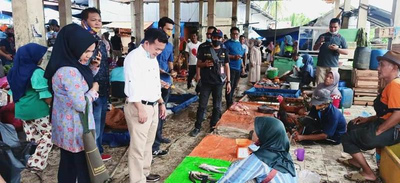 FOTO : Al Haris Berbaur dengan Pedagang dan Pembeli di Simpang Sungai Rengas, Kecamatan Maro Sebo Ulu, Batanghari, Rabu (21/10/20).