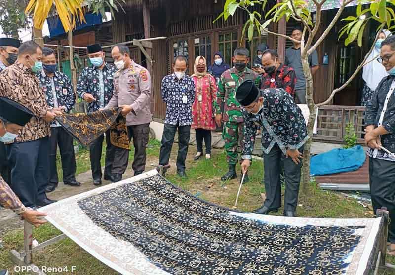 FOTO : Bupati Tanjung Jabung Barat, H. Anwar Sadat Melaunching Batik Khas Kabupaten Tanjung Jabung Barat, Pelaunchingan batik berlangsung di Kantor Diskoperindag, Kamis (08/04/21).