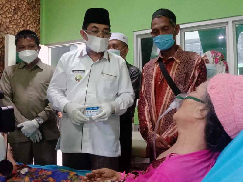 FOTO : Bupati Tanjung Jabung Barat, Drs. H. Anwar Sadat, M, Ag Resmi Meluncurkan Kartu Berobat Gratis bagi masyarakat kurang mampu di RSUD KH Daud Arif Kuala Tungkal, Selasa (30/03/21).