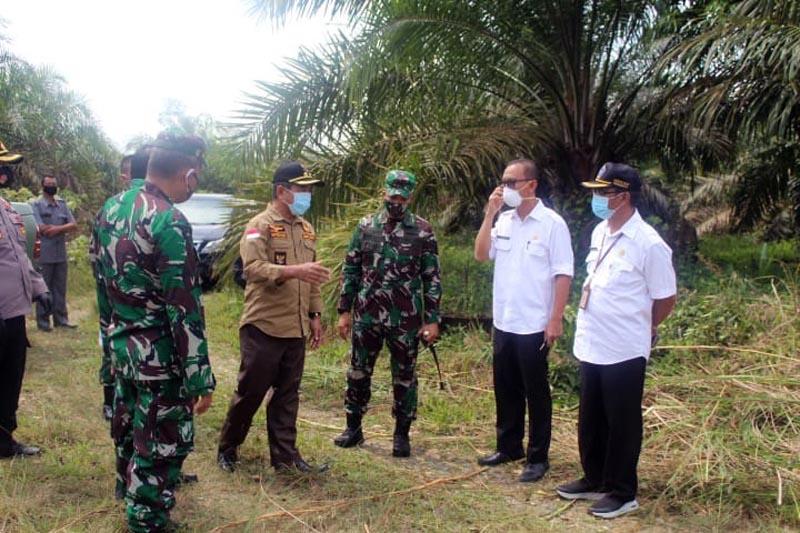 FOTO : Bupati Merangin H. Mashuri, S.Pd. MM Meninjau Lokasi Makam Covid-19 di Desa Sungai Ulak Kecamatan Nalo Tantan Kabupaten Merangin tepatnya di belakang TMP Patriot Bhakti, Rabu (30/09/20).