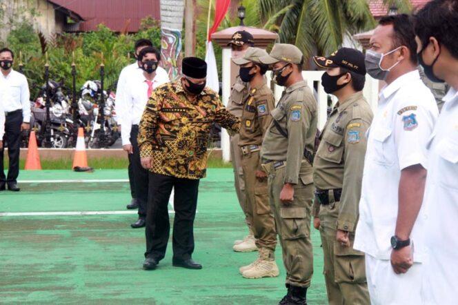 FOTO : Bupati Tanjung Jabung Barat, Dr. H. Safrial pimpin lansung Apel Gelar Pasukan Operasi MANTAB PRAJA (OMP) 2020 Polda Jambi dalam rangka pengamanan Pemilukada Serentak Tahun 2020 di Mapolres Tanjab Barat, Jumat (04/09/20).