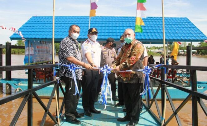 FOTO : Bupati Tanjung Jabung Barat, Dr. H. Safrial didampingi Wakil Bupati Drs. H. Amir Sakib resmikan tiga unit Halte Sungai dipusatkan di Halte Sungai Kelurahan Betara Kiri, Kecamatan Kuala Betara. Jumat (04/12/20).