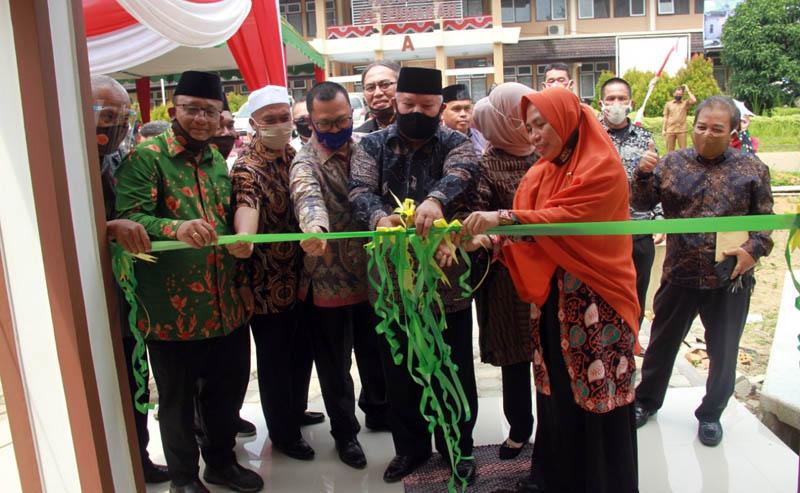 FOTO : Bupati Tanjung Jabung Barat H. Safrial Saat Memotong Pita Peresmian Musholla Fakultas Perternakan Universitas Jambi, Selasa (11/08/20).