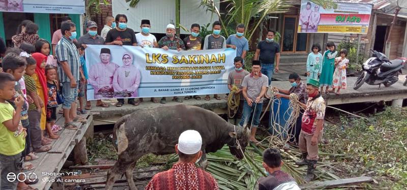 FOTO : Prosesi Pemotongan Hewan Qurban Keluarga Bupati Safrial di Kampung Nelayan, Sabtu (01/08/20)