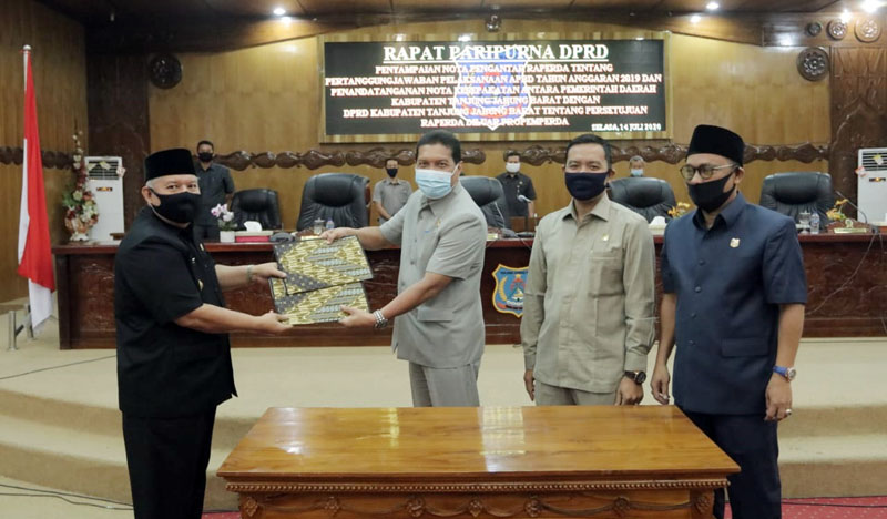 FOTO : Bupati Tanjung Jabung Barat Dr. Safrial Ketikan Serahkan Nota Pengantar Penyampaian Laporan Pertanggungjawaban Pelaksanaan APBD tahun 2019 pada Rapat Paripurna Pertama DPRD Tanjab Barat, Selasa (14/07/20).