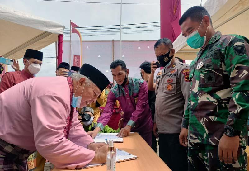 FOTO : Bupati Tanjung Jabung Barat Dr. H. Safrial resmikan Bank 9 Jambi di Kecamatan Tebing Tinggi sekaligis meresmikan sejumlah proyek fisik di wilayah Ulu periode 2016-2021, Kamis (07/01/21).