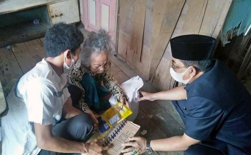 FOTO : Bupati Tanjab Barat H. Anwar Sadat di dampingi istri Hj. Fadilah Sadat sambangi Mardiana (98) di kediamannya di Jalan Diponegoro, Lorong Antasari, RT 15, Kel Tungkal Harapan, Senin (22/03/21)