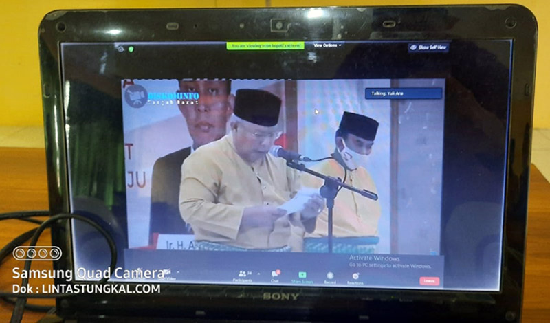 FOTO : Bupati Tanjab Barat Dr. Ir. H. Safrial, MS saat Sambutan pada Peringatan HUT Kabupaten Tanjab Barat ke 55 Tahun 2020 di Balai Perteman secara virtual, Senin (10/08/20).
