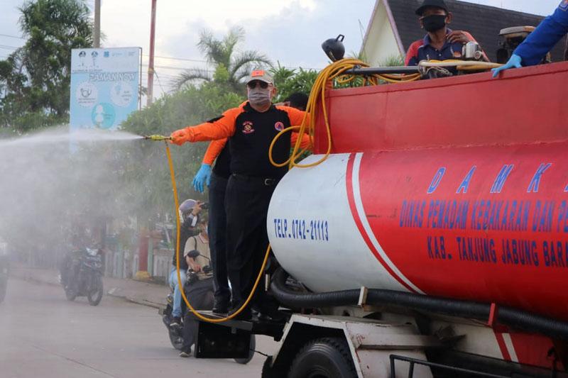 FOTO : Bupati Tanjung Jabung Barat H. Safrial bersama jajaran forkompimda lakukan penyemprotan cairan disenfektan di seputaran kota Kuala Tungkal, Jumat (02/10/20).