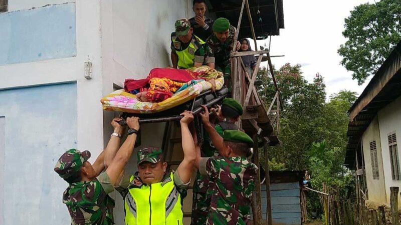 FOTO : Anggota Kodim 0417 Kerinci dan Warga Saat Memboyong Pelayati untuk Dibawa ke RS DKT Kerinci, Rabu (29/01/20)