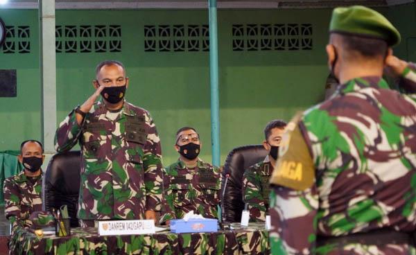 FOTO : Danrem 042/Gapu Brigjen TNI M. Zulkifli memberikan jam Komandan kepada anggota Militer dan PNS Korem 042/Gapo bertempat dilapangan Tenis Indoor Korem 042/Gapu, Selasa (20/04/21).