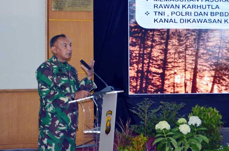 FOTO : Danrem 042/Gapu, Brigjen TNI M. Zulkifli pada Rapat Koordinasi Penanggulangan Kebakaran Hutan dan Lahan Prov Jambi Tahun 2021, di Balai Bhayangkari Siginjai Mapolda Jambi, Kamis (25/03/21).