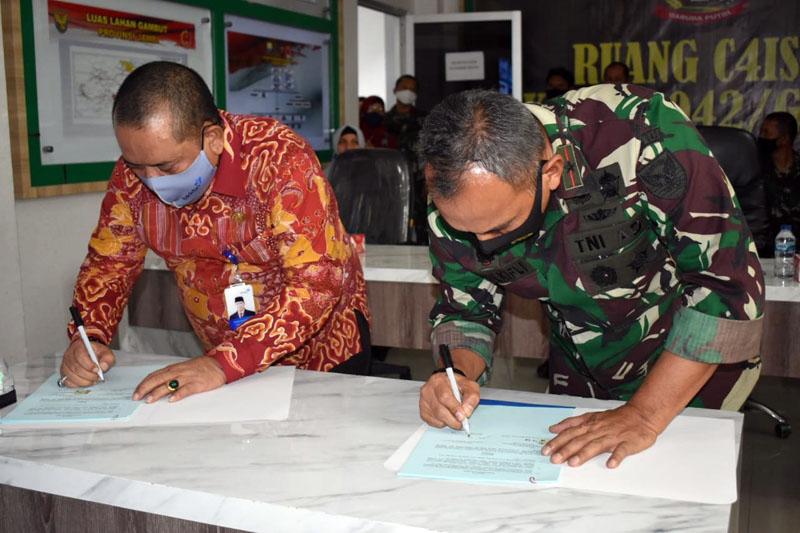 FOTO : Danrem 042/Gapu, Brigjen TNI M.Zulkifli menerima Piagam Penghargaan dari Kepala Perwakilan BKKBN Provinsi Jambi Munawar Ibrohim diruang Puskodal Makorem 042/Gapu, Jum'at (04/09/20).