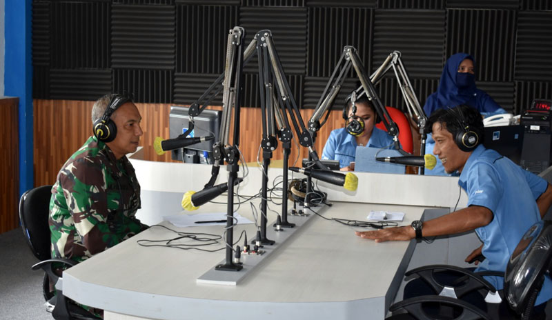 FOTO : Danrem 042/Gapu Kolonel Kav M. Zulkifli Saat Siaran Dialog Penanganan Covid-19 bersama Arif, Reporter LPP RRI Jambi, Rabu (13/05/20)