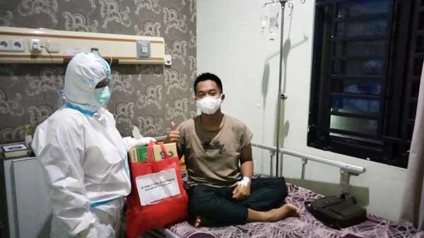 Danrem 042 Gapu Brigjen TNI M. Zulkifli Sempatkan Besuk Anggota yang Sedang Sakit. FOTO : PENREM.