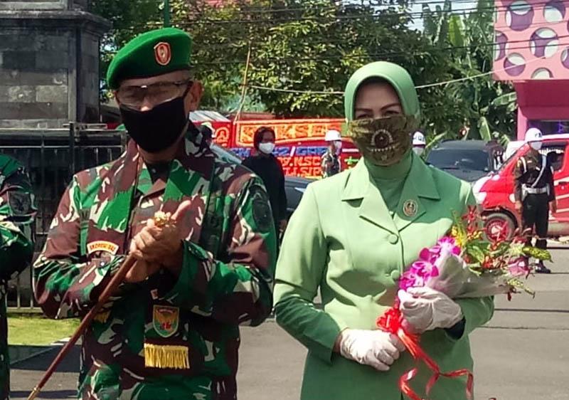 FOTO : Danrem 042/Gapu Kolonel Kav M. Zulkifli, S.IP, MM beserta isteri pada Acara Penyambutan di Makorem 042/Gapu Jambi, Jum'at (24/04/20)
